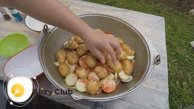 По рецепту для приготовления хашлама из баранины на костре, добавьте картофель