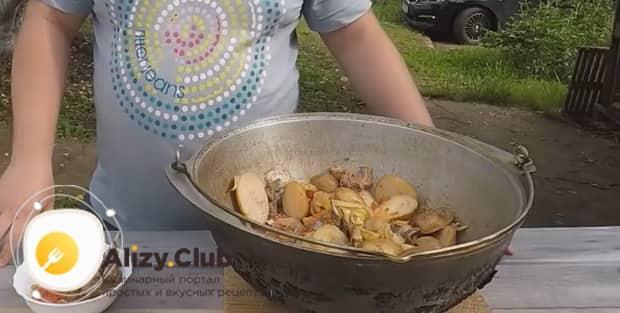 По рецепту для приготовления хашлама из баранины на костре, подготовьте все ингредиенты