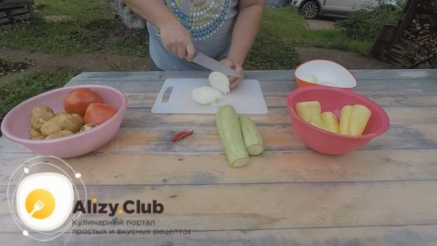 По рецепту для приготовления хашлама из баранины на костре, нарежьте лук