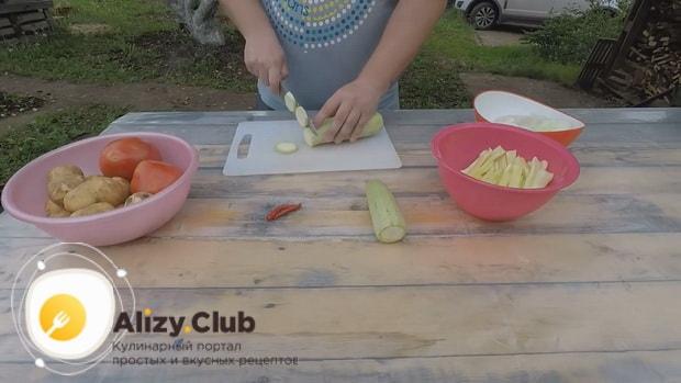 По рецепту для приготовления хашлама из баранины на костре, нарежьте кабачки