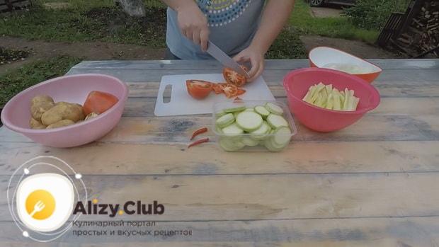 По рецепту для приготовления хашлама из баранины на костре, нарежьте помидоры