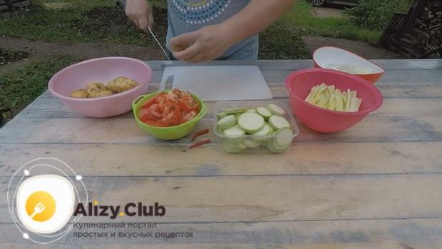 По рецепту для приготовления хашлама из баранины на костре, нарежьте картофель
