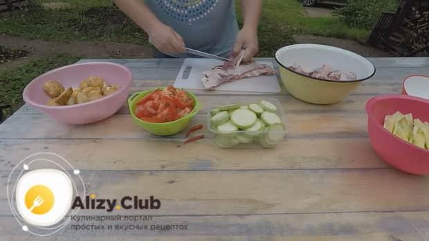 По рецепту для приготовления хашлама из баранины на костре, нарежьте мясо