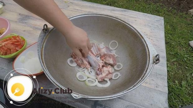 По рецепту для приготовления хашлама из баранины на костре, обжарьте мясо