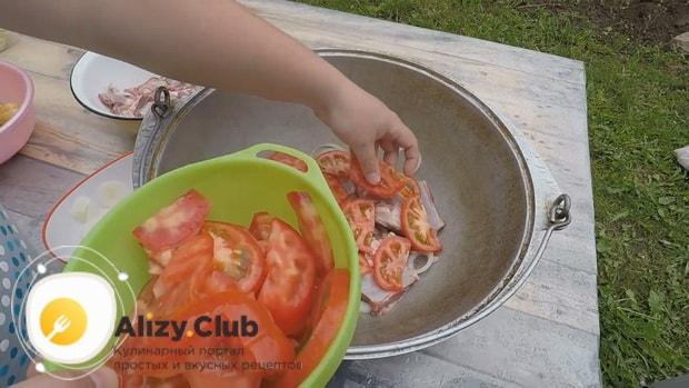 По рецепту для приготовления хашлама из баранины на костре,  обжарьте помидоры
