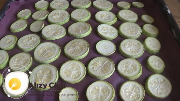 Для приготовления кабачков с фаршем в духовке, подготовьте ингредиенты