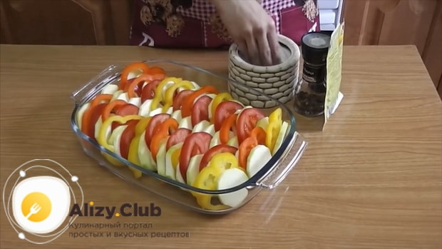 Для приготовления кабачков с помидорами и сыром в духовке, выложите ингредиенты в форму