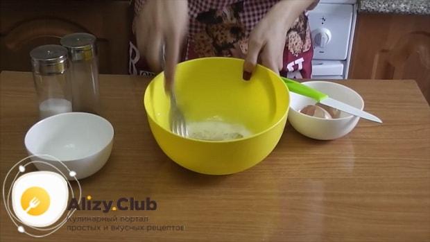 Для приготовления кабачков с помидорами и сыром в духовке, приготовьте заливку