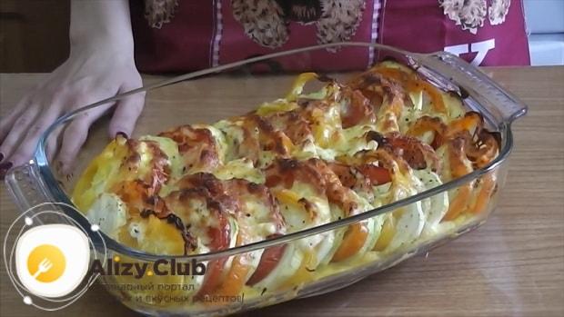 Для приготовления кабачков с помидорами и сыром в духовке, включите духовку