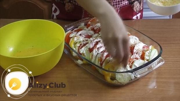 Для приготовления кабачков с помидорами и сыром в духовке, натрите сыр
