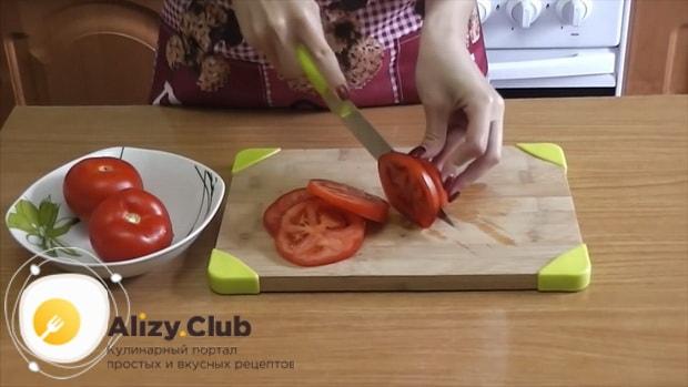 Для приготовления кабачков с помидорами и сыром в духовке, нарежьте ингредиенты