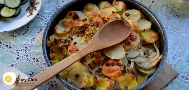 Для приготовления картошки с кабачками в духовке включите духовку