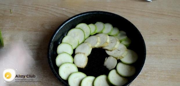 Для приготовления картошки с кабачками в духовке нарежьте кабачки