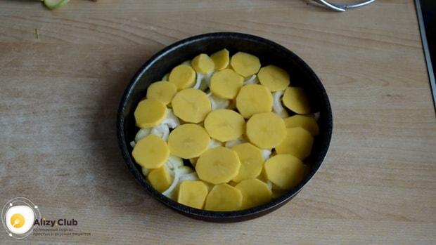 Для приготовления картошки с кабачками в духовке выложите картофель