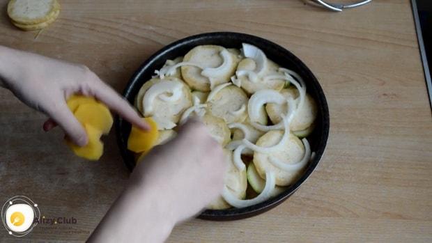 Для приготовления картошки с кабачками в духовке подготовьте все ингредиенты