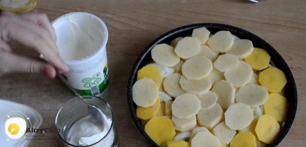 Для приготовления картошки с кабачками в духовке приготовьте сметанную заливку