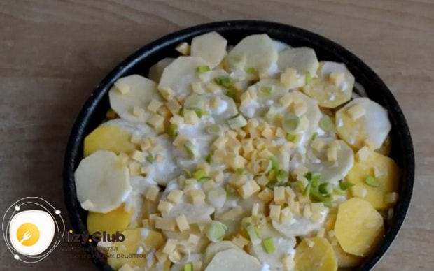 Для приготовления картошки с кабачками в духовке натрите сыр
