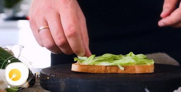 Для приготовления клаб сэндвича по лучшему рецепту положите салат