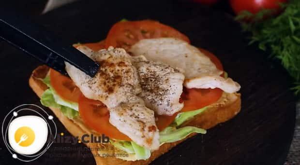 Для приготовления клаб сэндвича по лучшему рецепту положите мясо