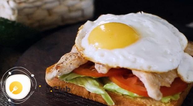 Для приготовления клаб сэндвича по лучшему рецепту положите яйца