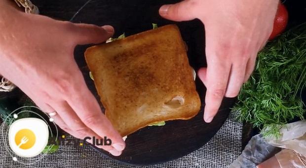Для приготовления клаб сэндвича по лучшему рецепту накройте хлебом