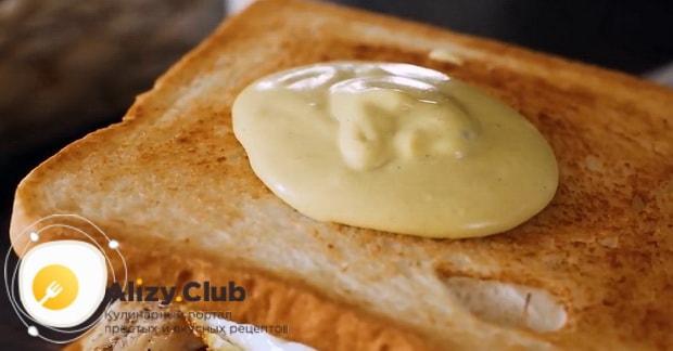 Для приготовления клаб сэндвича по лучшему рецепту смажьте соусом хлеб