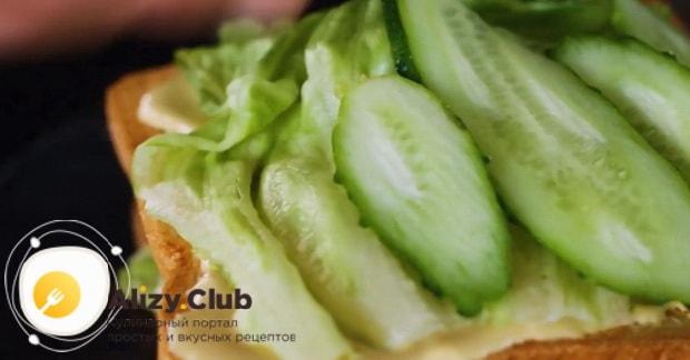 Для приготовления клаб сэндвича по лучшему рецепту положите огурцы