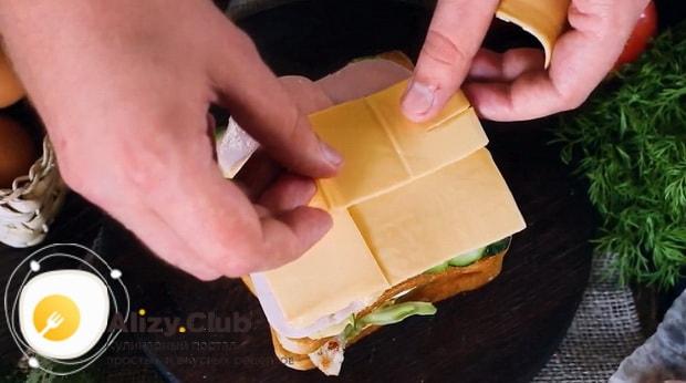 Для приготовления клаб сэндвича по лучшему рецепту положите сыр