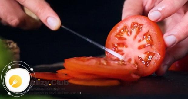 Для приготовления клаб сэндвича по лучшему рецепту нарежьте помидоры