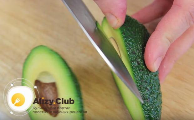 разрезаем авокадо и вынимаем косточку