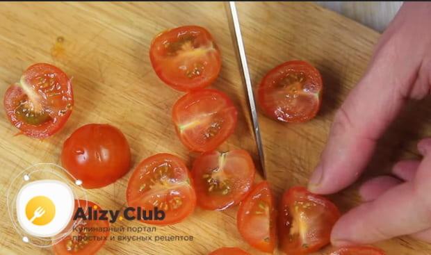разрезаем на пополам помидоры черри