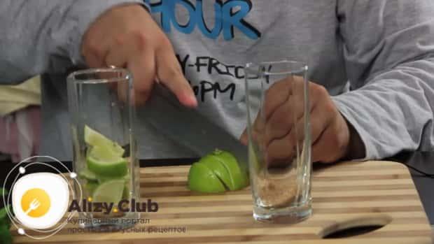 Для приготовления алкогольного мохито в домашних условиях, по рецепту нужно нарезать лайм