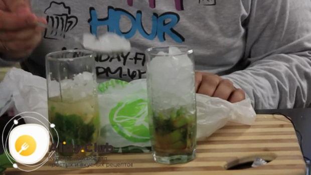 Для приготовления алкогольного мохито в домашних условиях, по рецепту нужно добавить лед