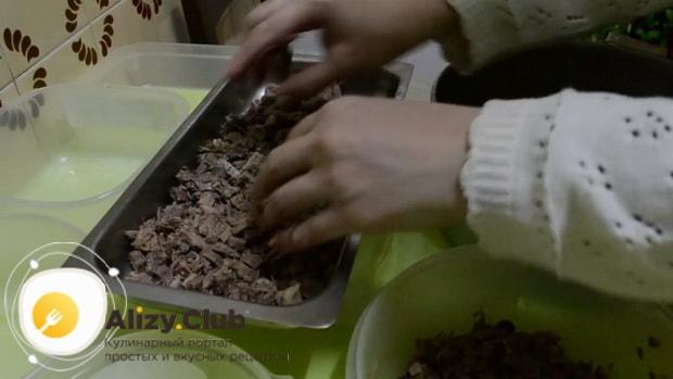 Для приготовления классического холодца по простому рецепту, выложите мясо в форму
