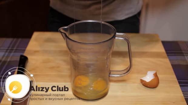 По рецепту, для приготовления классического соуса цезарь в домашних условиях, смешайте яйца
