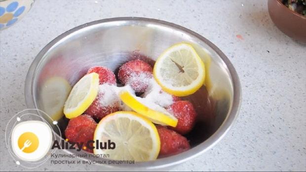 Для приготовления клубничного мохито по рецепту нужно перемешать ингредиенты