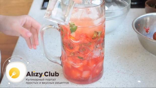 Для приготовления клубничного мохито по рецепту нужно добавить спрайт