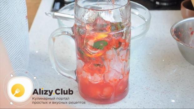 Для приготовления клубничного мохито по рецепту нужно измельчить лед