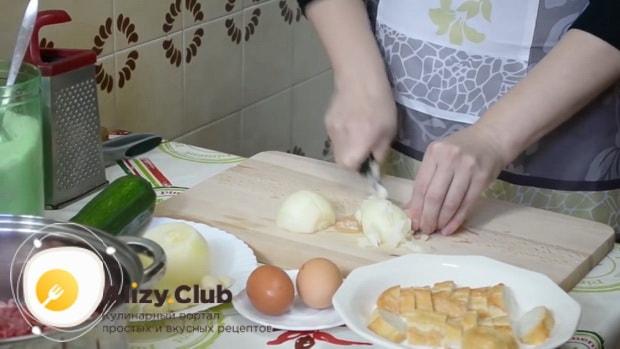 Для приготовления котлет из свиного фарша нарежьте лук