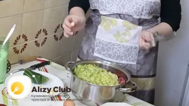 Для приготовления котлет из свиного фарша натрите кабачки