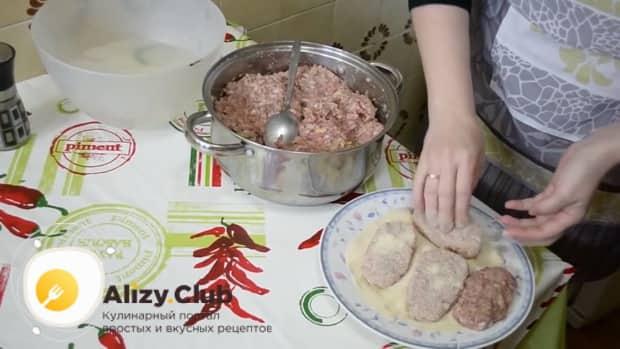 Для приготовления котлет из свиного фарша приготовьте панировку
