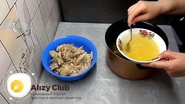 Для приготовления холодца из куриных лапок в мультиварке, добавьте жлатин