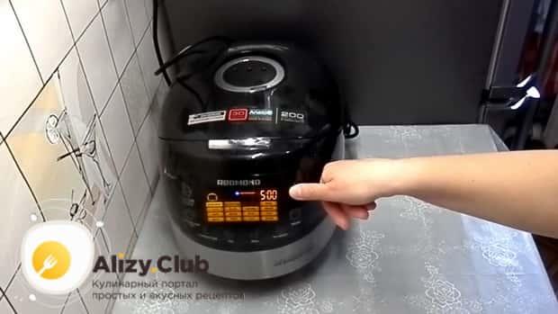 Для приготовления холодца из куриных лапок в мультиварке, включите нужный режим