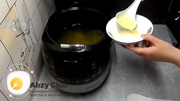 Для приготовления холодца из куриных лапок в мультиварке, растворите желатин