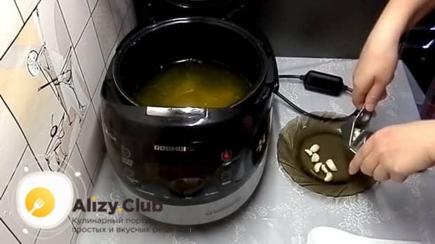 Для приготовления холодца из куриных лапок в мультиварке, измельчите чеснок