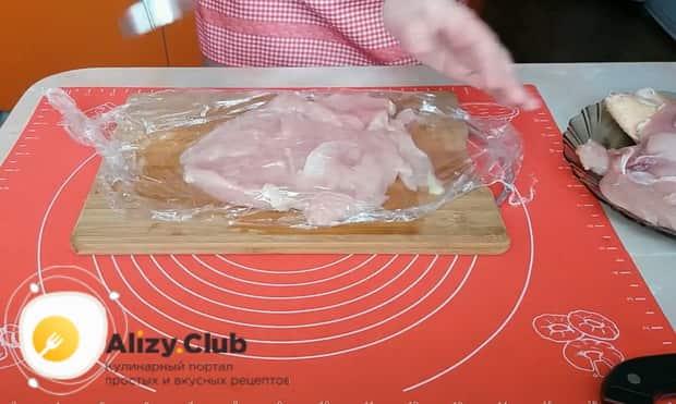 Для приготовления куриного рулета, по рецепту, отбейте мясо