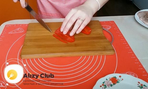 Для приготовления куриного рулета, по рецепту, нарежьте перец