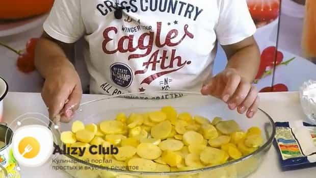Для пригготовления курицы с картошкой и ананасами в духовке, разогрейте духовку