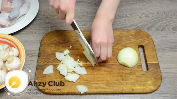 Попробуйте приготовить курицу с грибами в сливочном соусе по простому рецепту.