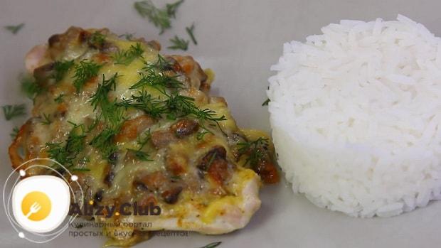Для пригготовления курицы с шампиньонами в духовке, приготовьте гарнир